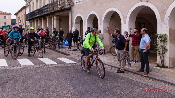 Départ collectif à vélo de la place de la République à Sauveterre-de-Guyenne. Ouvre la voix, samedi 4 septembre 2021. Photographie © Christian Coulais