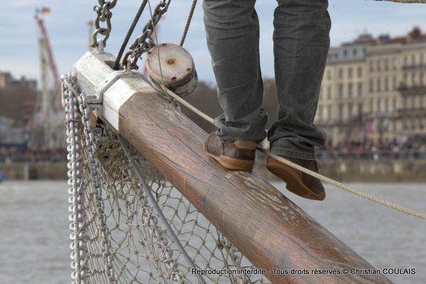 """""""Avoir le pied marin"""" n'est pas une expression vaine. (Pieds sur bout-dehors du foc). Gabare les Deux Frères, Bordeaux, samedi 16 mars 2015"""