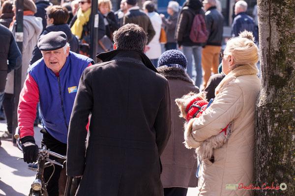 """14h36 """"Un temps pour faire du vélo, un temps pour sortir le chien"""" Manifestation intersyndicale de la Fonction publique/cheminots/retraités/étudiants, place Gambetta, Bordeaux. 22/03/2018"""