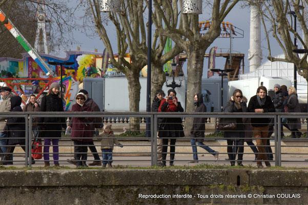 A Quai Louis XVIII, des badauds sont encore présents à notre passage. Gabare les Deux Frères, Bordeaux, samedi 16 mars 2015