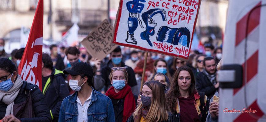 """""""sortir sans masque"""" Manifestation contre la loi Sécurité globale. Samedi 28 novembre 2020, cours Victor Hugo, Bordeaux. Photographie © Christian Coulais"""