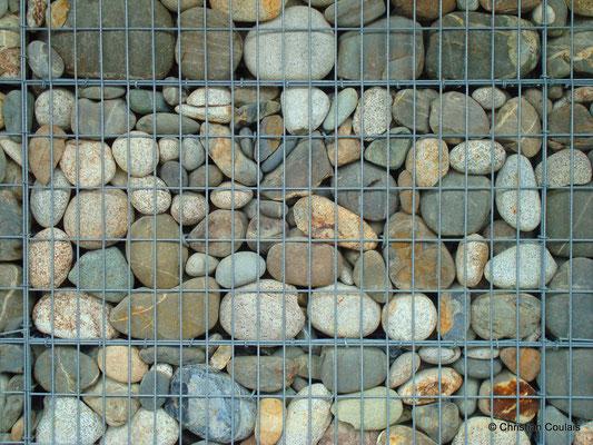 Les galets emmagasinent la chaleur. Détail de l'extérieur du gymnase du collège Camille Claudel. Latresne, Gironde