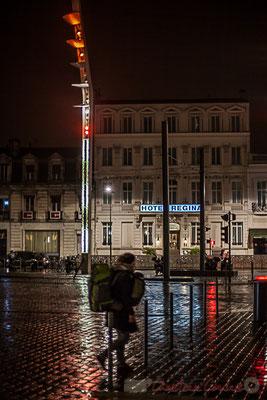 Extérieur nuit, voyageuse doublement chargée, parvis de la Gare saint-Jean, Bordeaux