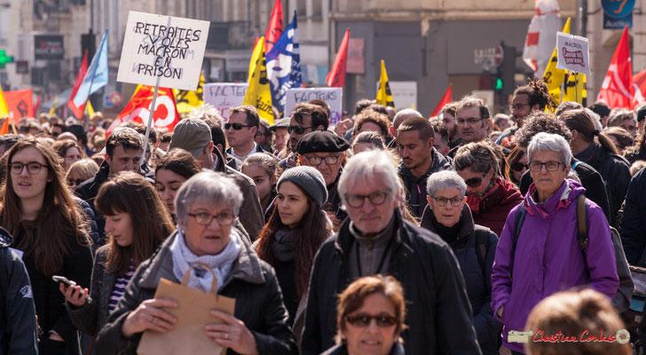 """14h47 """"Macron casse-toi pov'con"""" Manifestation intersyndicale de la Fonction publique/cheminots/retraités/étudiants, place Gambetta, Bordeaux. 22/03/2018"""