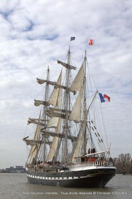 Le Belem et la gabare les Deux Frères sont en approche du pont Jacques Chaban-Delmas pour son inauguration officielle. Bordeaux, samedi 16 mars 2013