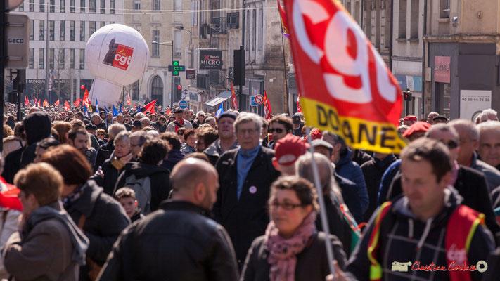 14h26 Arrivée de la mongolfière CGT Haute Gironde, rue du Dr Nancel Penard. Manifestation intersyndicale de la Fonction publique/cheminots/retraités/étudiants, Bordeaux. 22/03/2018