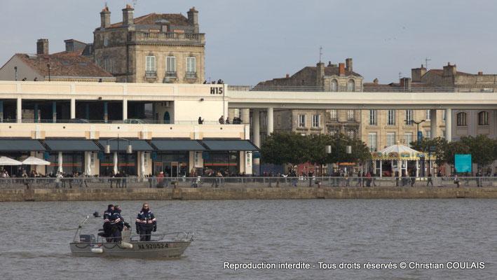 Police fluviale devant le hangar 15. Bordeaux, samedi 16 mars 2013