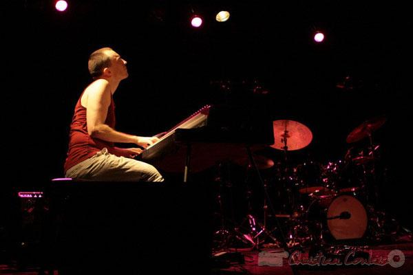 """Rappel du public, Médéric Collignon joue du Fender Rhodes; Médéric Collignon """"Jus de Bocse"""". Festival JAZZ360 2011, Cénac. 04/06/2011"""