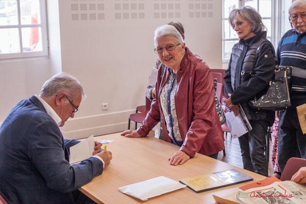 """Jean-Marie Darmian dédicace son ouvrage à Suzette Grel. Sortie et dédicace du livre """"Le jour où..."""" de Jean-Marie Darmian, Créon. 14/10/2017"""