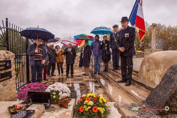 Minute de silence. Tombe de l'Abbé Henry Péquignot, fondateur de l'Union Nationale des Anciens Combattants, section de Cénac le 26 juillet 1931. Hommages et commémoration de l'Armistice du 11 novembre 1918 à Cénac, ce lundi 11 novembre 2019.