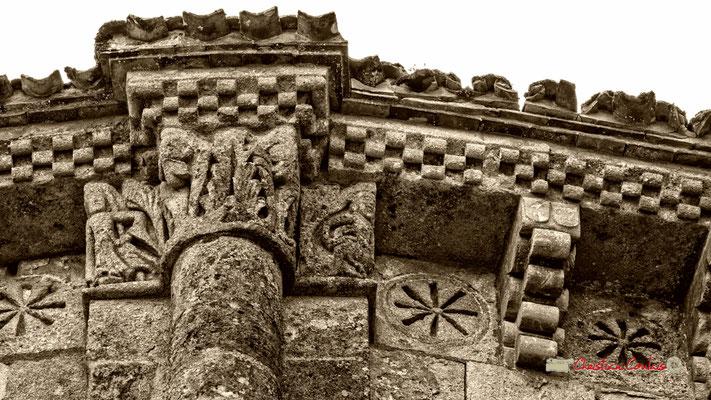 Modillons de l'église Saint-Sauveur, cité médiévale de Saint-Macaire. 28/09/2019. Photographie © Christian Coulais