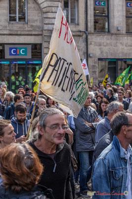 """""""Et les manifestants, quant vous portez une bannière, tendez là un peu, beaucoup..."""" Manifestation contre la réforme du code du travail. Place Gambetta, Bordeaux, 12/09/2017"""