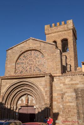 Porche, vitrail et tour crénelée. Iglesia de Santiago, 25, Calle Santigo, Sangüesa, Navarra