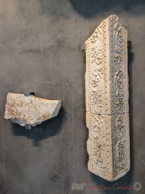 Plaque de marbre. IIème s. Arles, Alyscamps, vers 1885. L'inscription mentionne une statue érigée sur le forum. Fût triangulaire. Marbre. 1er s. Arles, galerie nord des cryptoportiques, 1943 Provenance probable d'un culte impérial édifié sur le forum