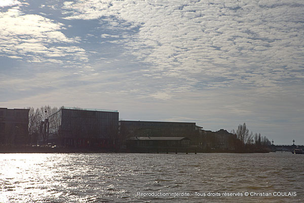 Rive droite ; journal Sud-Ouest et restaurant sur ponton l'Estacade. Bordeaux, samedi 16 mars 2013