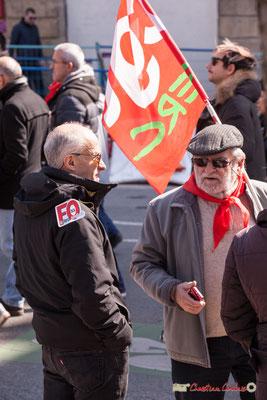 """14h32 """"Discussion entre militants"""" Manifestation intersyndicale de la Fonction publique/cheminots/retraités/étudiants, place Gambetta, Bordeaux. 22/03/2018"""