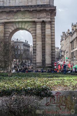 15h21, le cortège passe sous la Porte de Bougogne, entrée de la ville sur l'ancienne route menant à Paris. Tourny souhaitait qu'elle accompagne la Place Royale (la Bourse) et la consacra au Prince Monseigneur Duc de Bourgogne (24/01/1757)