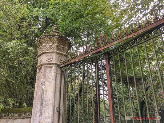 Un des piliers du portail, Domaine Donlabade. Avenue du Rauzé, Cénac, Gironde. 16/10/2017