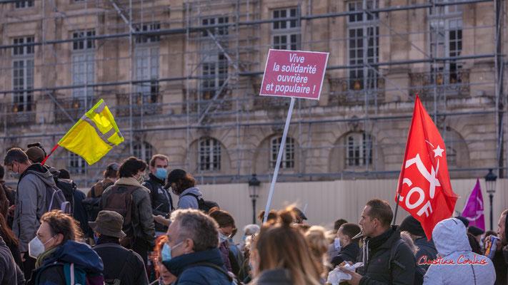"""""""Vive la solidarité ouvrière"""" """"P.C.O.F."""" Manifestation contre la loi Sécurité globale. Samedi 28 novembre 2020, place de la Bourse, Bordeaux. Photographie © Christian Coulais"""
