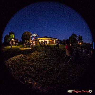 La nuit découvre le ciel étoilé à la cinquantaine de personnes présentes. Association Monoquini, cinéma plein air à Cénac. 06/07/2018