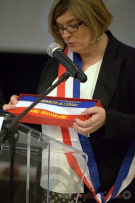 """Catherine Veyssy présente l'écharpe """"Maire honoraire""""; Honorariat des anciens Maires de Cénac, vendredi 3 avril 2015"""