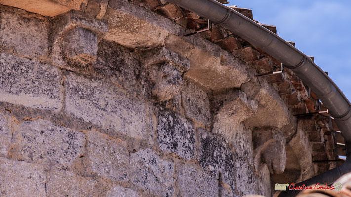 Trois modillons; une tête de cochon, une tête entourée de deux mains. Eglise Saint-André, Cénac. 11/05/2018