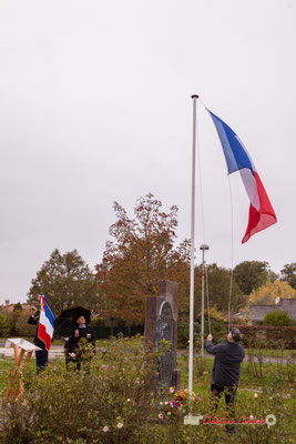 Levée des couleurs. Commémoration de l'Armistice du 11 novembre 1918 et hommage rendu à tous les morts pour la France, ce lundi 11 novembre 2019 à Cénac (Gironde).