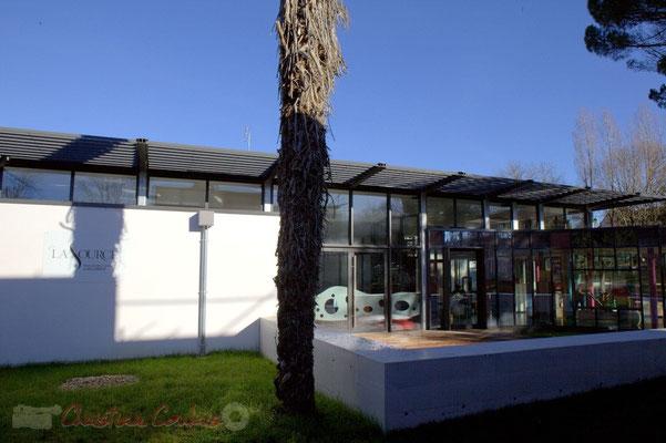 Côté cours, une architecture moderne s'adosse à l'ancien. La Source, pôle culturel et social de Sallebœuf