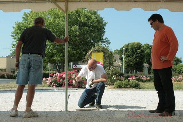 Marc Boussange au marteau. Installation des tentes par les bénévoles. Festival JAZZ360, Les coulisses du Festival à Cénac. 03/06/2011