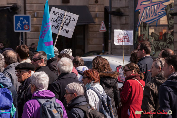 """14h48 """"Retraités pillés, Macron en prison"""" """"Macron casse-toi pov'con"""" Manifestation intersyndicale de la Fonction publique/cheminots/retraités/étudiants, place Gambetta, Bordeaux. 22/03/2018"""
