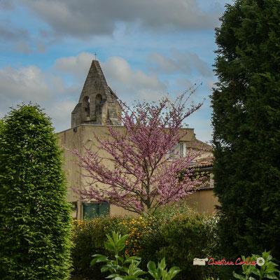 """Le mur-clocher de l'église Saint-André et le cube """"cuisine scolaire"""" de l'école. Cénac, 14/04/2009"""