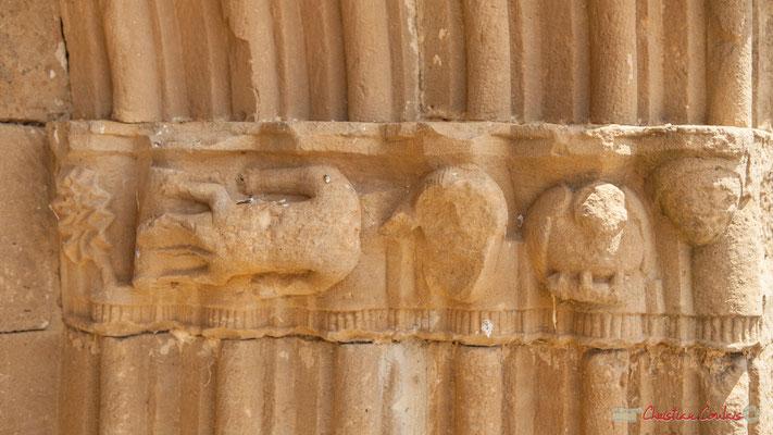 Détails à droite du portique de la Chapelle extérieure à Ujué, Navarre, route NA-5311, GPS 42.451540, -1.497288