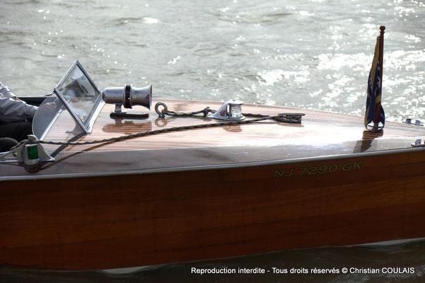 C Partie avant du bateau Chris Craft Riviera depuis la gabare les Deux Frères. Bordeaux, samedi 16 mars 2013