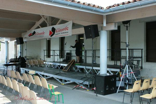 Installation des microphones. Festival JAZZ360 2011, Les coulisses du Festival à Cénac. 01/06/2011