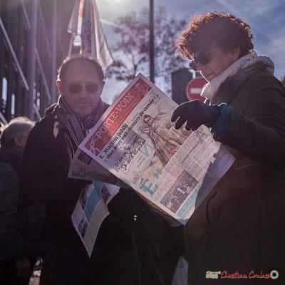 2  Un peu de lecture (Porte-voix) avant l'arrivée du cortège. Manifestation intersyndicale contre les réformes libérales de Macron. Bordeaux, 16/11/2017