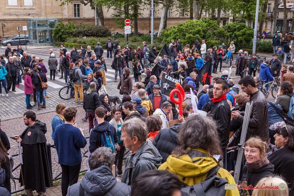 10h06 Arrivée des mouvements anarchistes devant la France insoumise. Place de la République, Bordeaux. 01/05/2018