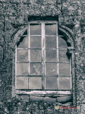 Fenêtre de la Maison-forte de Tardes. Cité médiévale de Saint-Macaire. 28/09/2019. Photographie © Christian Coulais