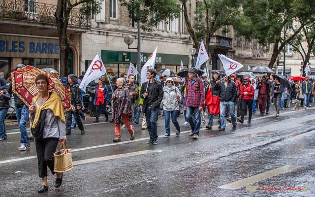 12h35 La pluie tombe à nouveau une troisième fois sur des militants de la France Insoumise équipés. Manifestation contre la réforme du code du travail. Cours d'Albret, Bordeaux, 12/09/2017