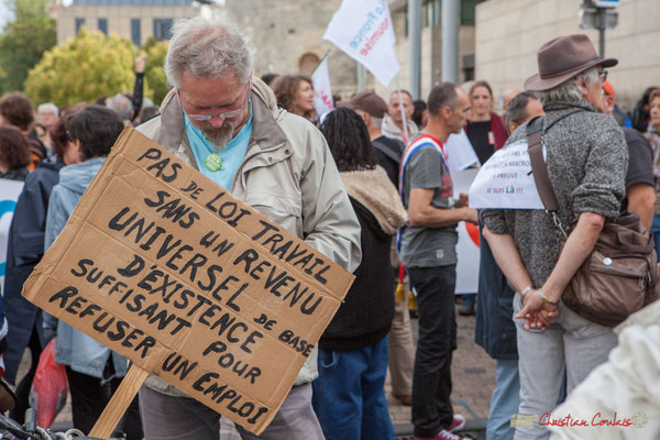 """""""Pas de loi travail sans un revenu universel d'existence suffisant pour refuser un emploi"""" Manifestation contre la réforme du code du travail. Bordeaux, 12/09/2017"""