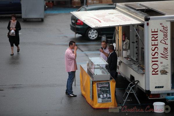 Un petit café entre forains, Marché de Créon, Gironde
