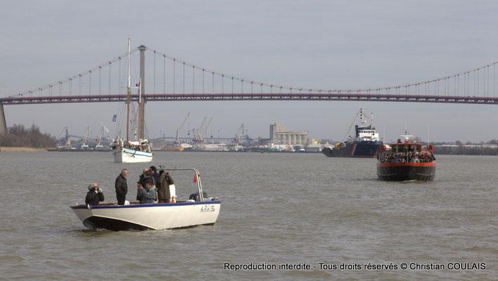Au fil de l'eau, les autres bateaux de la parade suivent le Belem puis la gabare les Deux Frères. Bordeaux, samedi 16 mars 2013