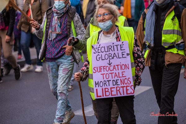 """""""Sécurité globale > suffocation totale, mort de nos libertés"""" Manifestation contre la loi Sécurité globale. Samedi 28 novembre 2020, cours Victor Hugo, Bordeaux. Photographie © Christian Coulais"""