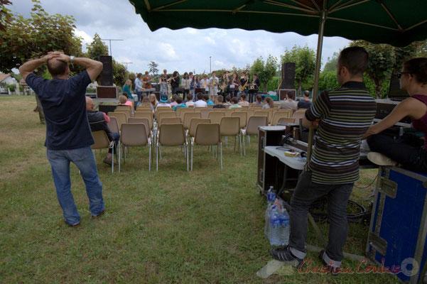 Rémi Poymiro écoute ses élèves avec attention. Festival JAZZ360, Cénac, 12/06/2015