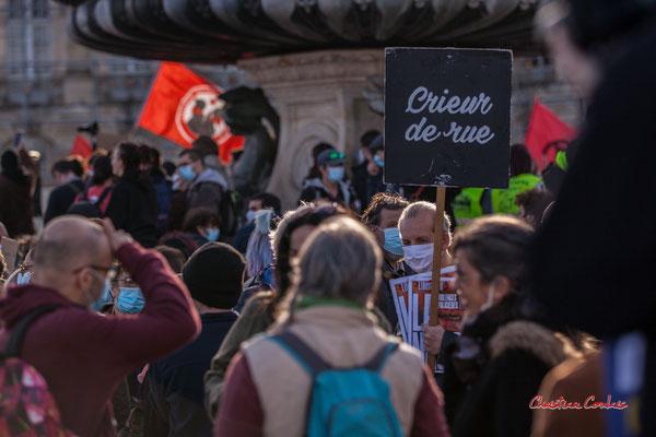 """""""Crieur de rue"""" Manifestation contre la loi Sécurité globale. Samedi 28 novembre 2020, place de la Bourse, Bordeaux. Photographie © Christian Coulais"""
