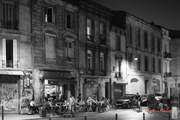 """""""Soir d'été déconfiné, groupe à groupe, terrasse Il Teatro (à l'envers)"""" Quartier Saint-Michel, Bordeaux. Mercredi 24 juin 2020. Photographie © Christian Coulais"""