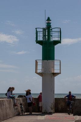 Tourelle tribord sur la jetée de la Garenne et l'entrée des ports de pêche et de plaisance. Saint-Gilles-Croix-de-Vie, Vendée, Pays de la Loire