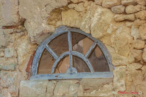 Détail de l'imposte en demi-lune. Château de Montignac, Cénac. 20/12/2009