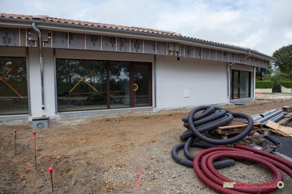 Face sud. Les bâtiments sont pratiquement terminés, reste la voirie. Réalisation de locaux commerciaux, avenue de la République à Cénac. 11/10/2012