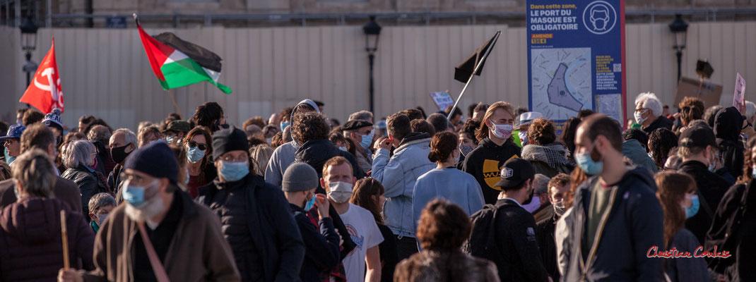 """M""""P.C.F., Palestine, Anarchie"""" Manifestation contre la loi Sécurité globale. Samedi 28 novembre 2020, place de la Bourse, Bordeaux. Photographie © Christian Coulais"""