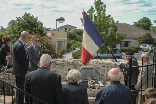 Recueil sur la tombe du fondateur de la section Cénac, de l'Union Nationale des  Anciens Combattants (29/07/1931), l'Abbé Henry Péquignot. Hommages et commémoration de l'Armistice du 8 mai 1945 à Cénac, ce dimanche 8 mai 2011.